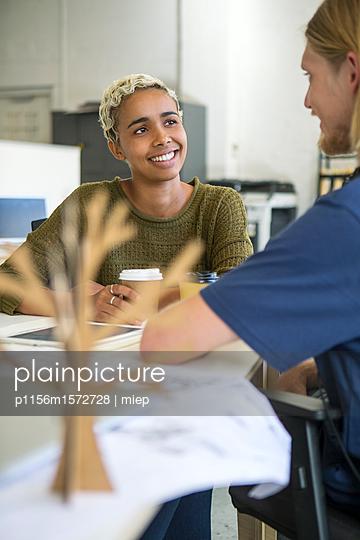 Arbeitskollegen im Gespräch - p1156m1572728 von miep