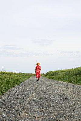 die Dame mit dem Strohhut - p1494m2093319 von Inkje Drescher