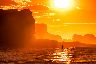 UK, Scotland, East Lothian, Paddle Board Surfing at sunset - p300m2030260 by Scott Masterton