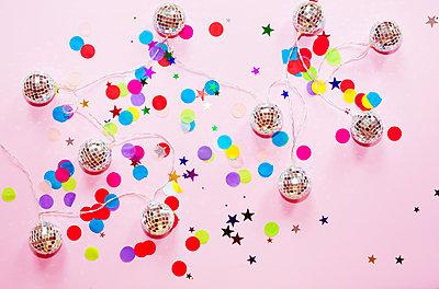 Konfetti und Disko-Lichterkette - p432m1424174 von mia takahara