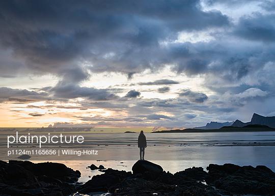 Frau am Strand bei Nacht auf den Lofoten - p1124m1165656 von Willing-Holtz