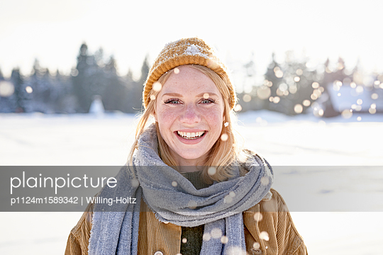 Portrait of young woman in the snow - p1124m1589342 by Willing-Holtz