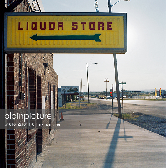 Liquor Store Sign in American small city - p1610m2181476 by myriam tirler