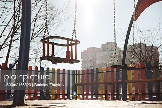 Empty children swing. - p300m2166323 von Borislav Zhuykov