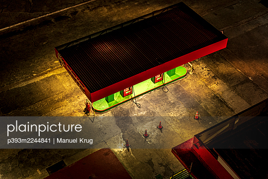 Petrol station at night, Cuba - p393m2244841 by Manuel Krug