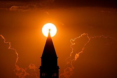 Sonnenuntergang hinter dem Campanile vom Markusplatz, Venedig - p1493m1584695 von Alexander Mertsch