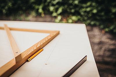 Planung von Holzarbeit mit Winkel Bleistift und Meterstab - p1497m1585722 von Sascha Jacoby