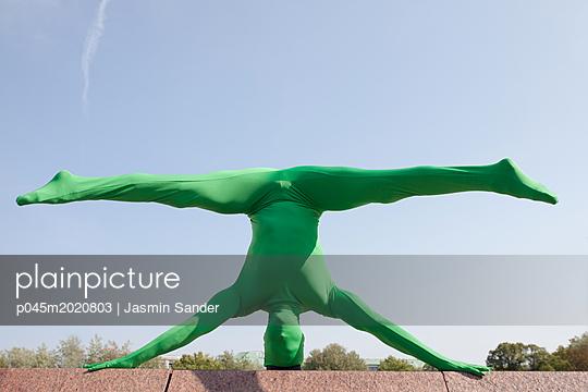 Umgekehrter Spagat im Morphsuit - p045m2020803 von Jasmin Sander