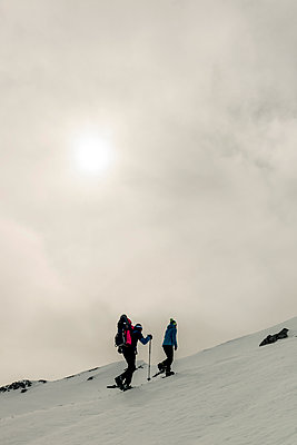 Family snowshoeing in mountain landscape - p081m1137249 by Alexander Keller