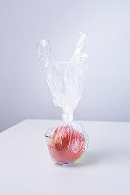 Apple in plastic bag - p1149m2122511 by Yvonne Röder
