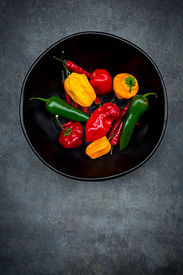 Black bowl of various chili pods - p300m1505483 by Larissa Veronesi