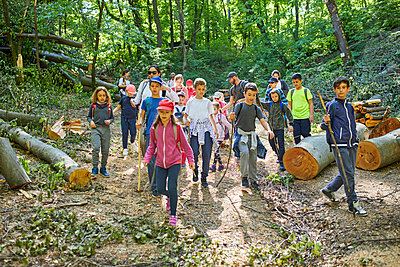 Adults and kids on a field trip in forest - p300m1588176 von Zeljko Dangubic
