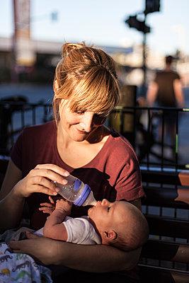 Mother feeding her new born baby - p795m2027608 by JanJasperKlein