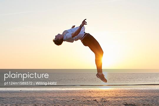 Akrobat am Strand - p1124m1589372 von Willing-Holtz