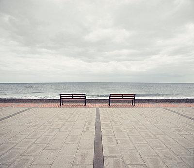 2 Bänke mit Meerblick, Tarajalejo - p1162m952157 von Ralf Wilken