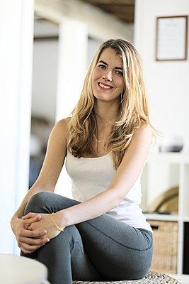 Junge Frau, Portrait - p1258m2086622 von Peter Hamel