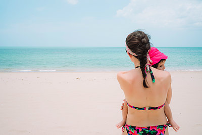 Thailand, Koh Lanta, back view of woman and little daughter on the beach - p300m2003949 von Gemma Ferrando