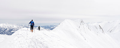 Georgia, Caucasus, Gudauri, people on a ski tour - p300m2102469 by Alun Richardson