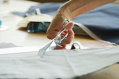 Woman cutting fabric, cropped - p623m1487537 by Frederic Cirou