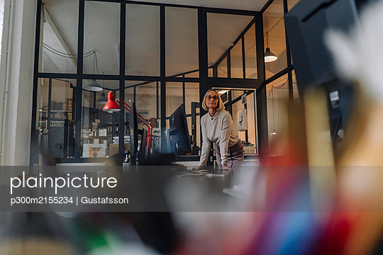Portait of confident mature businesswoman in office - p300m2155234 by Gustafsson