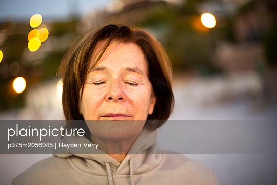 Frau mit geschlossenen Augen - p975m2056945 von Hayden Verry