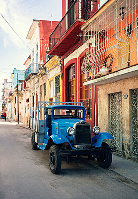 Blue pickup truck in Havana - p1515m2101059 by Daniel K.B. Schmidt