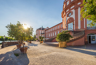 Germany, Hesse, Wiesbaden, Biebrich Palace against the sun - p300m2062452 by Patrice von Collani