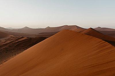 Namibia, Namib desert, Namib-Naukluft National Park, Sossusvlei, sunset at Dune 45 - p300m2080811 von letizia haessig photography