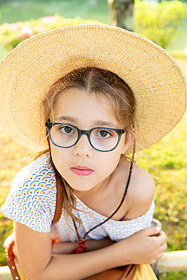 Portrait of girl with straw hat - p756m2122752 by Bénédicte Lassalle