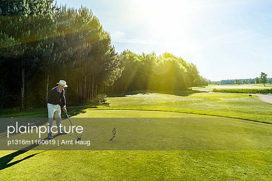 Golfspieler beim Abschlag, Schleswig-Holstein, Deutschland - p1316m1160619 von Arnt Haug