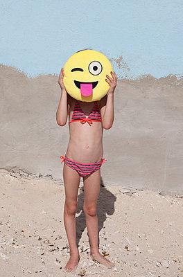 Mädchen hinter Smiley-Kopf - p045m1564878 von Jasmin Sander