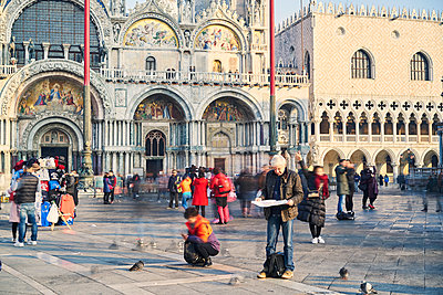 Man reads city map on St. Mark's Square - p1312m2082154 by Axel Killian