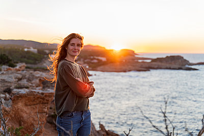 Portrait of redheaded young woman at the coast at sunset, Ibiza, Spain - p300m2159840 by VITTA GALLERY