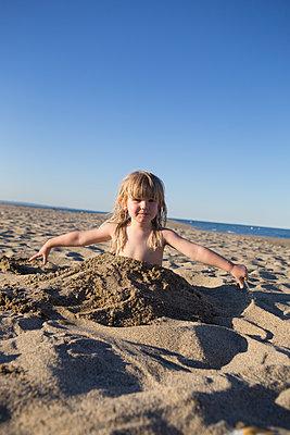 Mädchen spielt im Sand - p505m1195406 von Iris Wolf