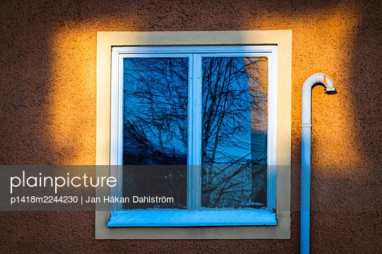 Sonnenschein am Fenster - p1418m2244230 von Jan Håkan Dahlström