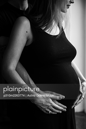 Parents-to-be - p310m2263774 by Astrid Doerenbruch