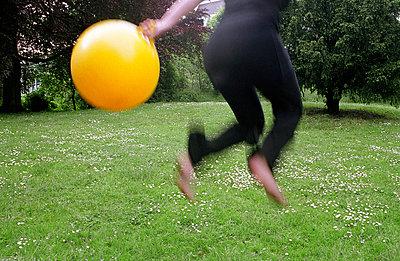 Sprung mit Ball - p1380002 von Christina Mrosek