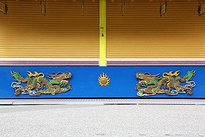 geschlossener China-Imbiss - p237m1162763 von Thordis Rüggeberg