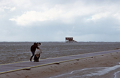 Spaziergänger im Wind - p2680899 von Rui Camilo