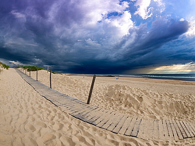 France, Contis-Plage, beach and dark clouds - p300m2081052 by Albrecht Weißer