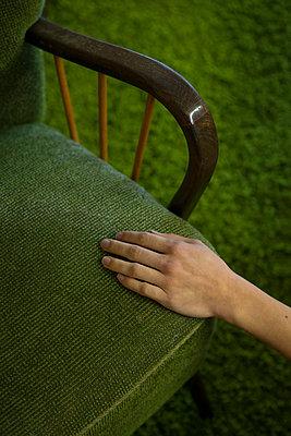 Sessel mit Hand - p427m963535 von R. Mohr