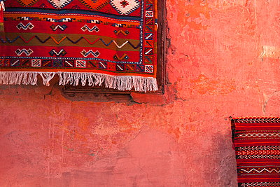 Carpet hanging on wall, Marrakech, Morocco, North Africa, Africa - p871m927402 by Neil Emmerson