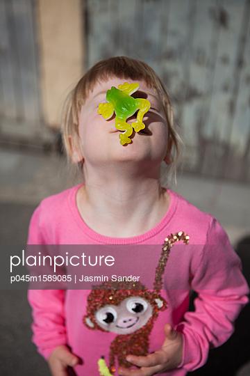 Weingummi-Frosch auf der Nasenspitze balancieren - p045m1589085 von Jasmin Sander