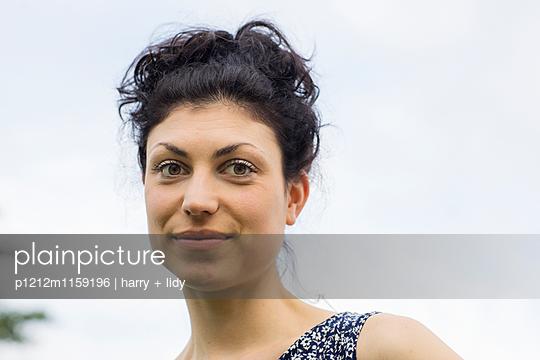 Portrait einer jungen Frau - p1212m1159196 von harry + lidy
