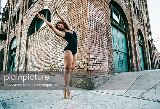 plainpicture   Photo library for authentic images - plainpicture p555m1521636 - Mixed race ballet dancer on... - plainpicture/Blend Images/Peathegee Inc