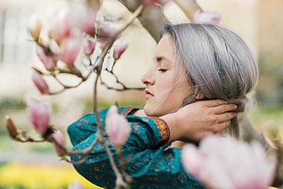 Junge Frau mit grauen Haaren im Kimono - p1437m1584882 von Achim Bunz