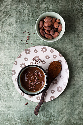 Cup of chocolate pudding with cacao, cacao nibs and cocoa beans - p300m1562885 by Mandy Reschke
