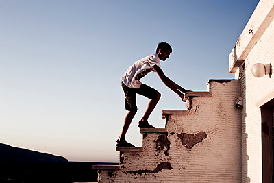 Teenager climbing on stairs - p445m1159666 by Marie Docher