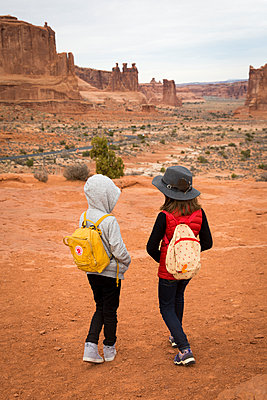 Two girl in the canyon - p756m1584504 by Bénédicte Lassalle