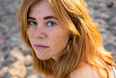 Young woman with freckles, portrait - p975m2288818 by Hayden Verry